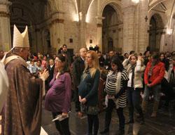 Monseñor Osoro bendice a madres embarazadas, en la celebración en defensa de la vida, en la catedral: 24 de marzo de 2012